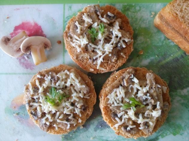 creamy mushroom crostini
